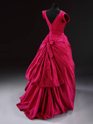 Photo of Evening dress, Cristóbal Balenciaga, about 1955, Paris, France. Museum no. T.427-1967. © Victoria and Albert Museum, London