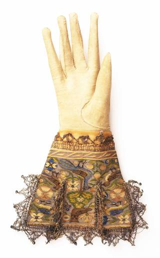 Photo of Glove, Sheldon Tapestry Workshops, 1590 – 1610, England. Museum no. T.145-1931. © Victoria and Albert Museum, London