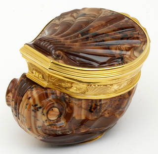 Photo of Agate snuffbox, about 1750, Germany. Museum no. Loan:Gilbert.398-2008. © The Rosalinde and Arthur Gilbert Collection on loan to the Victoria and Albert Museum, London