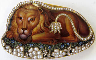 Photo of Snuffbox in the shape of a lion, Moulinie, Bautte & Cie, 1804 – 9, Geneva. Museum no. Loan:Gilbert.1047-2008. © The Rosalinde and Arthur Gilbert Collection on loan to the Victoria and Albert Museum, London