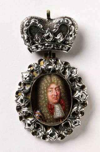 So-called boÎte à portrait (portrait box) containing the miniature of an Elector with red bow, J.M.  Khaetscher, 1690 – 5, Düsseldorf, Germany. Museum no.  Loan:Gilbert.294-2008. © The Rosalinde and Arthur Gilbert Collection on loan to the Victoria and Albert Museum, London