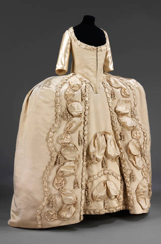 Court dress, 1775 – 1780, Britain. Museum no. T.2&2A-1947. © Victoria and Albert Museum, London