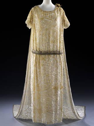 Wedding dress, Debenham & Freebody, 1926, UK. Museum no. T.16:1-2013. © Victoria and Albert Museum, London