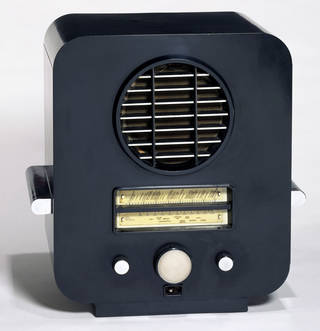 Photo of EKCO AC 74, radio, designed by Serge Chermayeff, manufactured by E. K. Cole Ltd, 1933, England. Museum no. CIRC.12-1977. © Victoria and Albert Museum, London