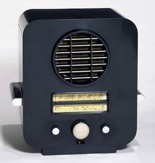 EKCO AC 74, radio, designed by Serge Chermayeff, manufactured by E. K. Cole Ltd, 1933, England. Museum no. CIRC.12-1977. © Victoria and Albert Museum, London