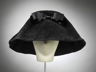 Hat, Cristóbal Balenciaga, felt, 1962, made in Paris, retailed at Harrods. Museum no. T.19:1 to 3-2006. © Victoria and Albert Museum, London