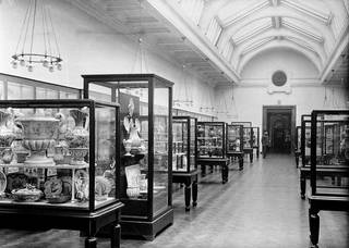 Photograph of the Ceramics Gallery (Room 137) in 1911. © Victoria and Albert Museum, London