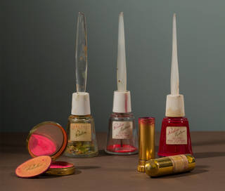 Compact and powderpuff with blusher in 'Clear Red'; Seal-fast nail varnish top coat; Lastron nail varnishes in 'Frosted Snow Pink' and 'Frosted Pink Lightening'; lipstick in 'Everything's Rosy'. Photograph by Javier Hinojosa. Diego Rivera and Frida Kahlo Archives, Banco de México, Fiduciary of the Trust of the Diego Rivera and Frida Kahlo Museums. Museo Frida Kahlo.