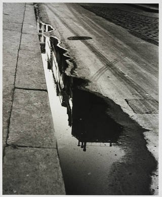 Rue de Valois, Paris, photograph by Ilse Bing, photographed 1932, printed 1988, gelatin silver print. Museum no. E.3024-2004. © Victoria and Albert Museum, London/Estate of Ilse Bing, courtesy Michael Mattis