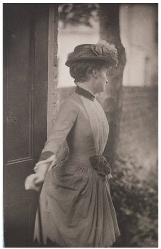 Miss Laura Tennant, photograph by Frederick Hollyer, about 1890, England. Museum no. 7808-1938. © Victoria and Albert Museum, London