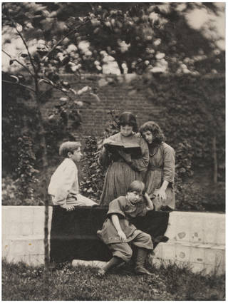 Photo of Jones & Morris Children, photograph by Frederick Hollyer, about 1890, England. Museum no. 7821-1938. © Victoria and Albert Museum, London
