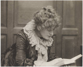 Photo of Ellen Terry, photograph by Frederick Hollyer, 1886, England. Museum no. 7861-1938. © Victoria and Albert Museum, London