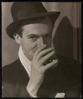 Photo of Cecil Beaton, photograph by Curtis Moffat, about 1925. Museum no. E.1668-2007. © Victoria and Albert Museum, London/Estate of Curtis Moffat