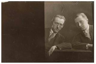 Osbert and Sacheverell Sitwell, photograph by Curtis Moffat, about 1925. Museum no. E.1561-2007. © Victoria and Albert Museum, London/Estate of Curtis Moffat