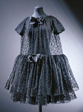 Photo of  'Baby doll' cocktail dress, Cristóbal Balenciaga, 1958, Paris, France. Museum no. T.334-1997. © Victoria and Albert Museum, London