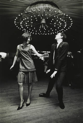 Mary Quant and Alexander Plunket Greene in a New York dance hall, 1962. Photograph by John Cowan Mary Quant Archive