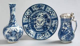 (Left to right:) Vase, unknown maker, 1660 – 80, Arita, Japan; Dish with VOC monogram, unknown maker, 1660 – 80, Arita, Japan; Tankard, 1680 – 1700, Arita, Japan. Museum nos. 2737-1852, 3-1886 & C.416-1918. © Victoria and Albert Museum, London