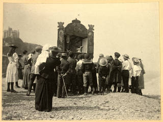 Photograph of a Punch and Judy show at Ilfracombe, by Paul Martin, about 1895, England. Museum no. PH.1900-1980. © Victoria and Albert Museum, London