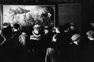 Early exhibition of 'degenerate art' in Dresden City Hall. Visitors in front of the painting 'Der Schützengraben' by Otto Dix, photograph by Christian Borchert, September 1933. © SLUB / Deutsche Fotothek
