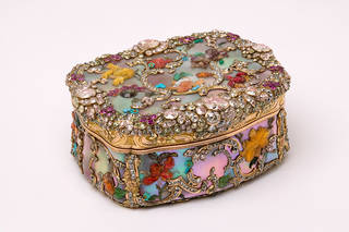 Snuffbox decorated with gold, mother of pearl, diamonds, rubies, hardstones and foil